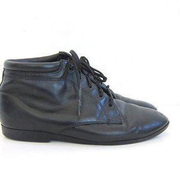 Vintage black leather ankle boots. Lace up boots. granny boots. women's shoes size 9