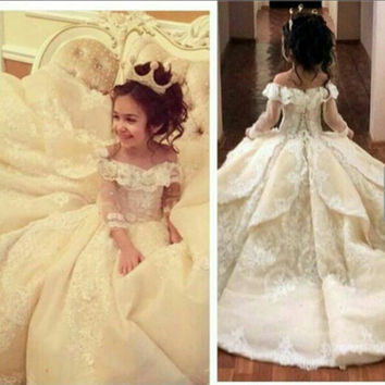 Vintage Lace Flower Girl Dresses Elegant Off Shoulder Wide V Neck Ball Gown Little Girl Pageant Dresses Gowns MF04