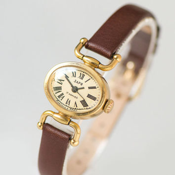 Oval lady's watch gold plated, tiny woman's watch Dawn, romantic wristwatch gift her, retro timepiece 70s fashion, new premium leather strap