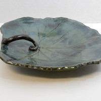 Large decorative leaf serving plate in dark green with a vine handle P16