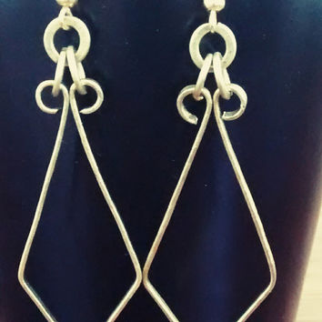 Handhammered BRASS earrings, delicate brass wire, shapped into a 'kite'