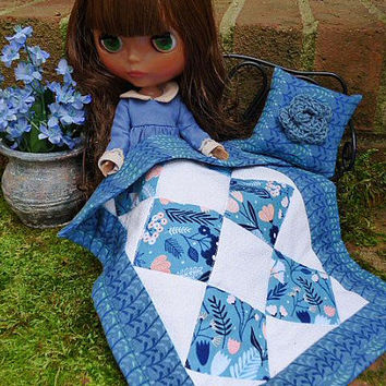 Fashion Doll, Blythe Blanket and Pillow, 6 Scale Miniatures, Barbie Doll Linens Home Décor Accessories for Takara Pullip Blythe, Blue Quilt