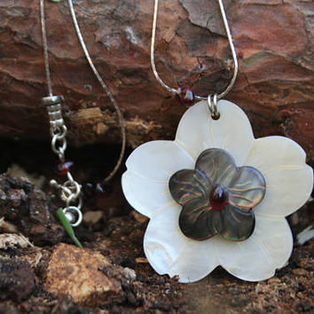 White flower necklace Plumeria Necklace Hawaii Flower Pendant Flower Shell Necklace Garnet Jewelry Flower Mother of Pearl Gifts for Aunts