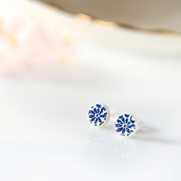 Blue flower earrings Tiny flower earrings 8mm Ceramic studs Flower stud earrings Delft jewelry Blue and white porcelain like Sterling silver