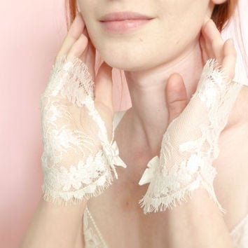 Off white French lace fingerless gloves Bridal accessories OOAK by Jye, Hand-made in France