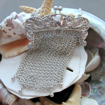 Vintage Sterling Silver Mesh Purse with Kiss Lock Closure and Griffin Detail 44 grams