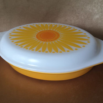 Pyrex Casserole, Divided Daisy, Vintage Divided Dish, Lidded Casserole, Mid Century Pyrex, Bright Orange Pyrex, Covered Ovenware, Bakeware