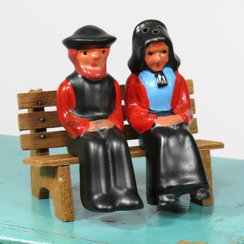 Pennsylvania Dutch Couple Salt and Pepper Shakers . Amish Man and Woman Sitting on a Wooden Bench . Vintage Shakers
