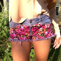 Floral print denim shorts with pink fray