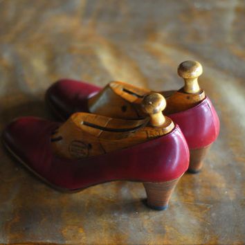 vintage 1970s shoes / 70s oxblood leather heels / size 8.5 narrow