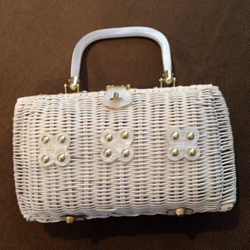 Wicker Woven White Purse! Vintage cutie! Lucite handle and three lucite flowers! Basket weave purse! Mothers Day Gift! Retro handbag.