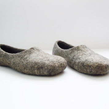 Eco friendly handmade felted men slippers in natural grey color.