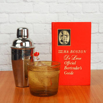 1968 Old Mr. Boston DeLuxe Official Bartender's Guide Mid Century Bar Book