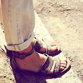 Womens Crowe Distressed Sandal