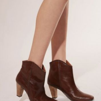 Brown curved bootie [Det8044] - $191 : Pixie Market, Fashion-Super-Market