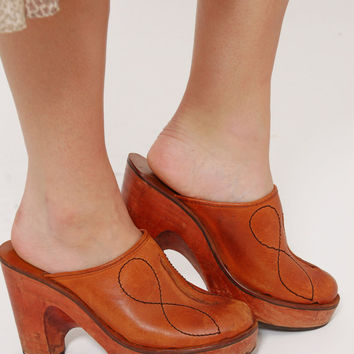 Vintage 70s PLATFORM Clogs LEATHER Boho Shoes Hippie Mules Caramel Leather Clogs w/ Wooden Heels Size 7.5
