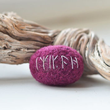 Felted Kili's Runestone Brooch - Hobbit Jewelry - Romantic Geek Gift - Kili's Amulet Runestone of The Hobbit