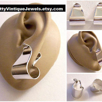 Avon Wide Bottom Hoop Clip On Earrings Silver Tone Vintage 1977 Polished Ribbons Curled Graduated Polished Band Curved Dangles