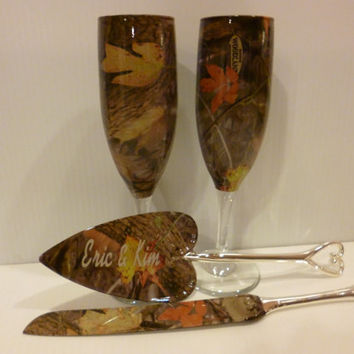 Wedding table Rustic camo champagne glasses and personalized serving set in Kings Woodland Shadow