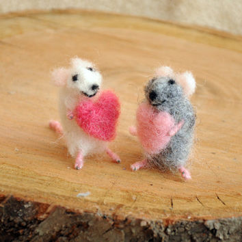 Felt mouse/Tiny mouse holding heart! Adorable felteted mouse!