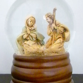 Christmas Water Globe Made in Italy, Musical Water Globe, 1989 Fontanini figures