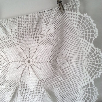 Round white doily - Handmade tablecloth - vintage design