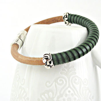 Natural spanish leather with green leather detail bracelet with zamak magnetic clasp and interpieces