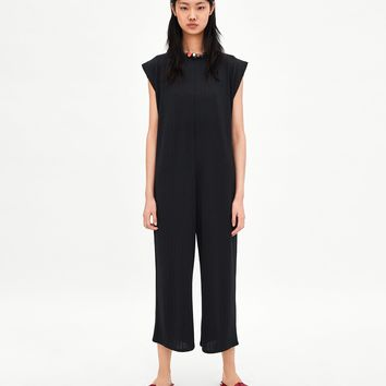 LOOSE-FITTING RIBBED JUMPSUIT DETAILS