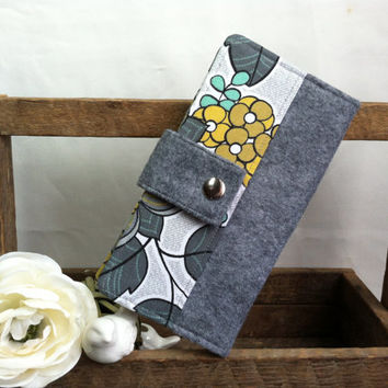 Womens handmade bifold felt wallet with floral print, credit card slots, bill slots coin pouch