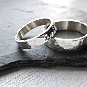 hammered wedding rings rustic wedding rings two silver rings 4mm and 6mm wide modern shape