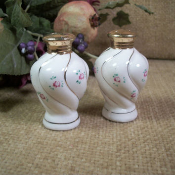 White Porcelain Salt and Pepper Shakers Rose Motif Hand Painted Gold Gilt Vintage 1950's Made in Japan Cottage Chic Serving Tableware