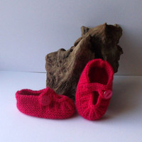 Hand knitted baby girls bright pink shoes. 3 - 9 months.