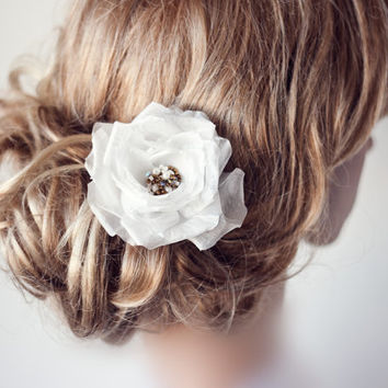 Flower head piece, Wedding hair flower, Ivory bridal flower fascinator, Wedding hair accessory, Bridal head piece, White hair flower.