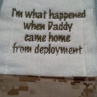 Burp Cloth with I'm what happened when Daddy came home from deployment made by USMC Approved Licensee 41313
