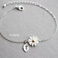 Personalized Daisy flower bracelet in silver, Bridesmaid jewelry, Bridesmaid bracelet, Everyday jewelry, Wedding bracelet, Initial charm