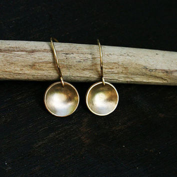 14k solid gold disc earrings. Concave hammered gold discs with satin and polished finish. Simple minimalist artisan jewelry