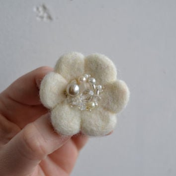 Little Needle Felted Brooch White Wool Felt Flower, Small Felt Flower Pin,Flower Brooch, Felted Flower,Corsage Brooch,Woolen Brooch