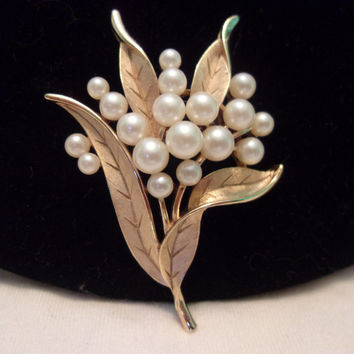 Crown Trifari Vintage Pearl Flower Leaf Gold Plate Brooch Pin 1960s