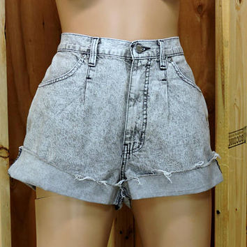 "80s high waisted shorts size 8 / 9 / 30"" waist / acid washed high waist denim shorts / retro mom jean shorts / 1980s Sasson"