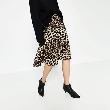 FINELY PLEATED PRINTED SKIRT DETAILS