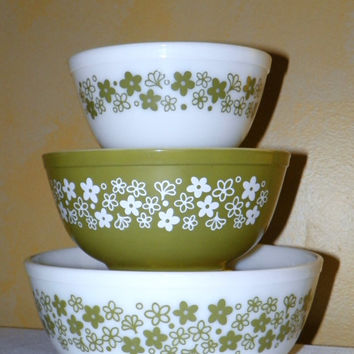 Set includes the Largest, 4 Qt Bowl of Pyrex Crazy Daisy or Spring Blossom Bowls, 402, 403, 404 1 1/2 qt, 2 1/2 qt and 4 qt, Set of 3