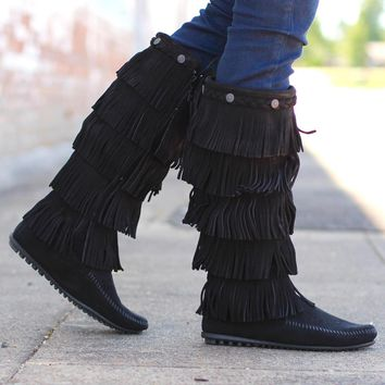 Minnetonka: 5 Layer Fringe Boot {Black}