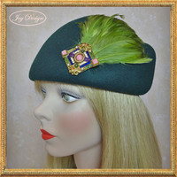 Glenover Women's Vintage Green Wool Modified Pillbox Hat (c 1950's) Embellished with Peridot Coque Feather Pad and Sorrelli Vintage Brooch