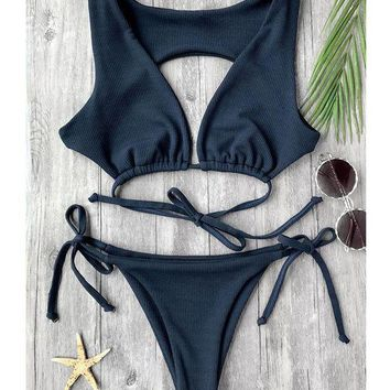 The fashion bikini back is wearing the body of the women's swimsuit with a pure sexy bow tie and bathing suit