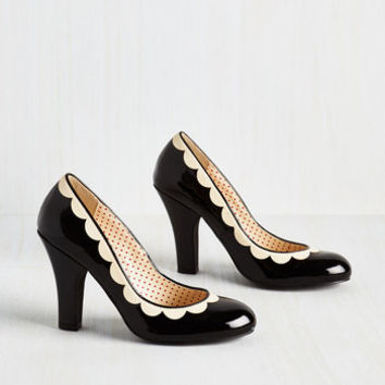 Vintage Inspired Petal Me This Heel in Noir