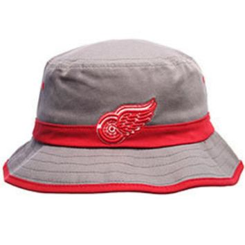 DCCKG8Q NHL Zephyr Detroit Red Wings Thunderhead NHL Wing Gray and Red Bucket Hat