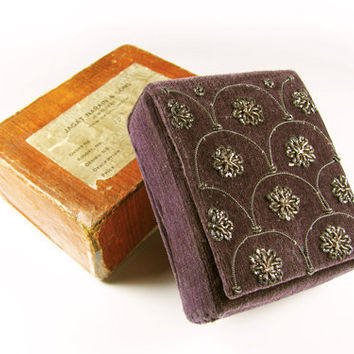 Antique Cigarette Case Purple Velvet Embroidered with Gold and Silver Thread / Jagat Narain and Sons Jewellers - Le Cas de Cigarettes.