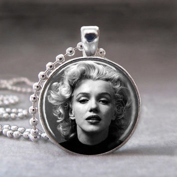 Marilyn Monroe, Photo Pendant, Altered Art Pendant, Glass Dome Pendant Necklace, no 997-27