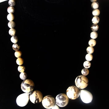 Necklace with round stones and pearls