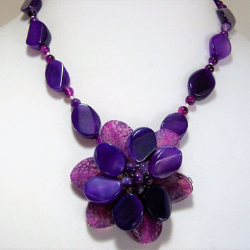 Purple Flower Beaded Necklace,  Floral Pendant, 19.5 Inches, Dyed Purple Agate Stones, Vintage Jewelry, Flower Power Costume Jewellery 317
